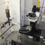 Fig. 19 Microscopio laser e cella con linea di estrazione