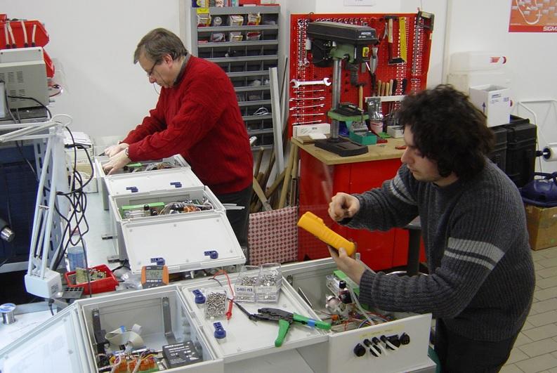 Fig.1 Attività nel laboratorio di elettronica